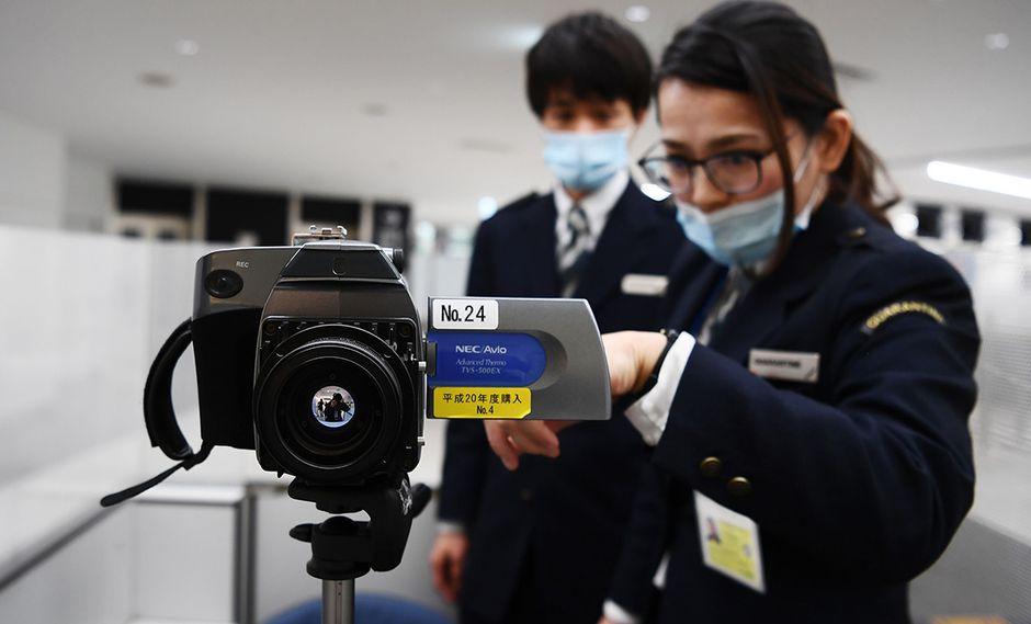 Los empleados del aeropuerto manipulan una cámara termográfica avanzada para detectar a los pasajeros que llegan en los vuelos desde la ciudad china de Wuhan, en el aeropuerto de Narita en la prefectura de Chiba, en las afueras de Tokio. (Foto: AFP)