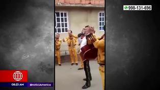 Colombia: niño pagó con propinas una serenata a su madre