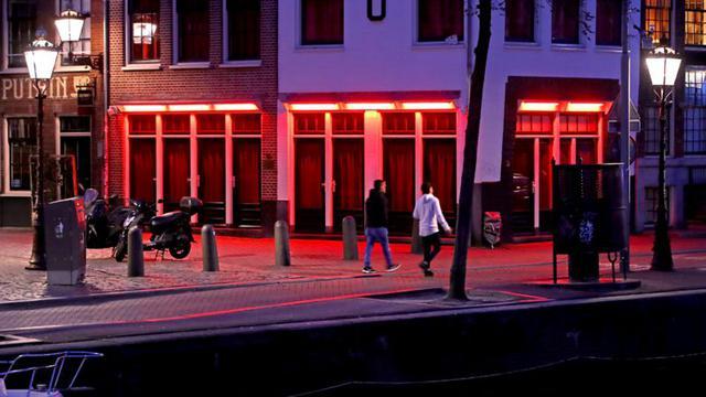 En Holanda se restringió también la venta de alcohol. (Getty Images).