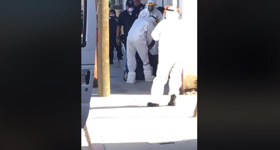 El hombre tuvo que ser separado de su perro por los paramédicos que estaban vestidos con traje de bioseguridad.| Foto: Facebook/MetropoliMx