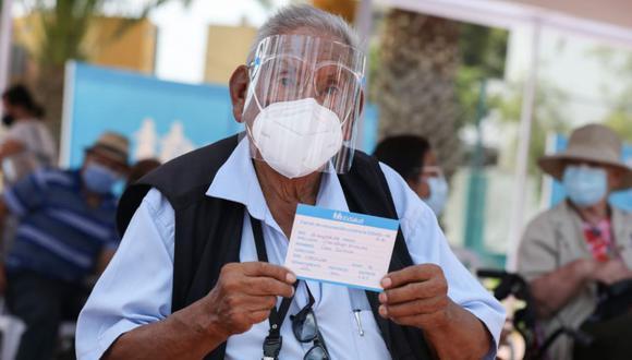 La vacunación de adultos mayores comenzó este martes en el Polideportivo San Borja y en otros dos centros. Otros dos vacunatorios se habilitarán desde el miércoles. (Foto: Essalud)