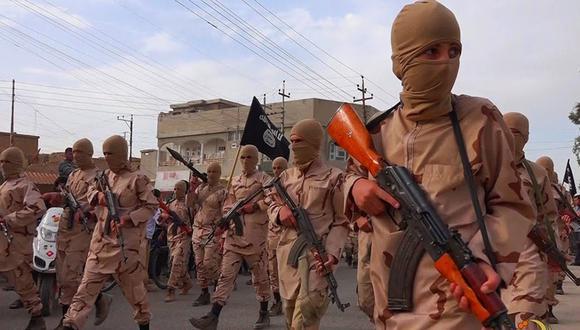 En esta imagen del 25 de abril de 2015, un grupo de yihadistas del Estado Islámico se desplaza por Mosul, Irak. (AP).