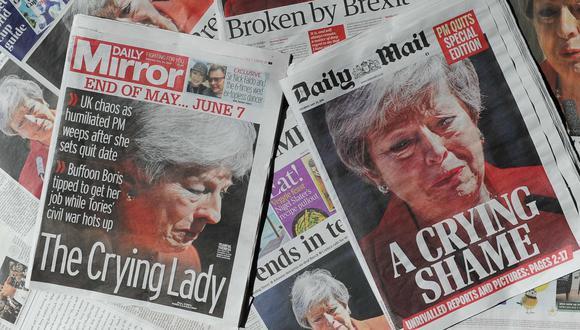 Las portadas de los tabloides británicos tras la renuncia de Theresa May como primera ministra del Reino Unido. (AFP).
