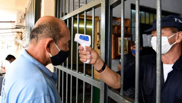 Coronavirus en Paraguay | Ultimas noticias | Último minuto: reporte de infectados y muertos sábado 27 de junio del 2020 | Covid-19 | Un guardia de la prisión verifica la temperatura de un hombre en la prisión de Tacumbu en Asunción. (Foto: AFP / NORBERTO DUARTE).