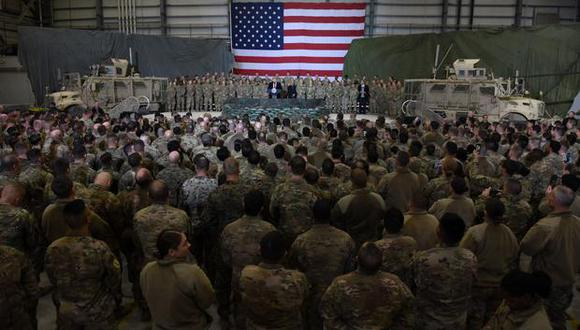 En esta foto de archivo, el presidente de Estados Unidos, Donald Trump, habla con las tropas durante una visita sorpresa el día de Acción de Gracias en el campo aéreo de Bagram, el 28 de noviembre de 2019. (Foto de Olivier Douliery / AFP).