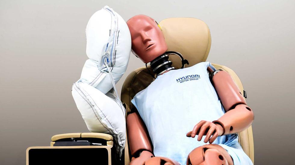Hyundai Motor Group ha desarrollado un airbag central que reduce en 80% los daños originados por el golpe de cabezas entre el piloto y copiloto. (Fotos: Hyundai)