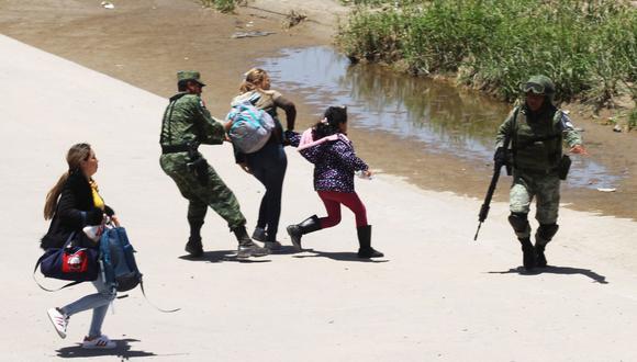 La Guardia Nacional de México detiene a un grupo de inmigrantes que trata de cruzar el río Bravo hacia Estados Unidos el pasado 21 de junio. (AFP / HERIKA MARTÍNEZ).