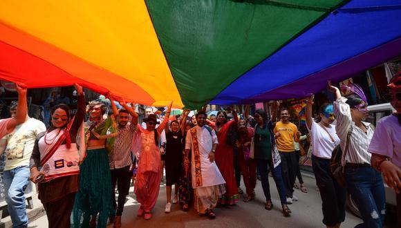 Miembros de la comunidad de lesbianas, gays, bisexuales y transexuales (LGBT) de Nepal participan en un desfile del orgullo en Katmandú el 16 de agosto de 2019 (Foto de PRAKASH MATHEMA / AFP)