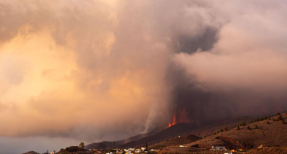 El volcán Cumbre Vieja arroja lava, ceniza y humo visto desde Los Llanos de Aridane en la isla canaria de La Palma el 25 de septiembre de 2021. (DESIREE MARTIN / AFP).