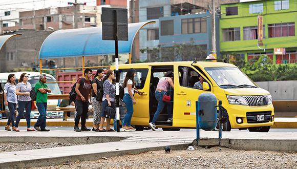 Choferes se valen de la dificultad para sancionarlos como colectivos: pasan desapercibidos como taxis de color amarillo; sin embargo, recogen pasajeros en cada esquina o invaden paraderos informales (Foto: Lino Chipana)