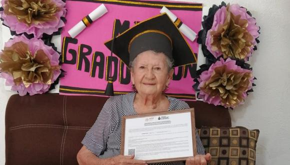 Doña Irma tiene 89 años y culminó satisfactoriamente su escuela secundaria. (Foto: Facebook   isea.sl)