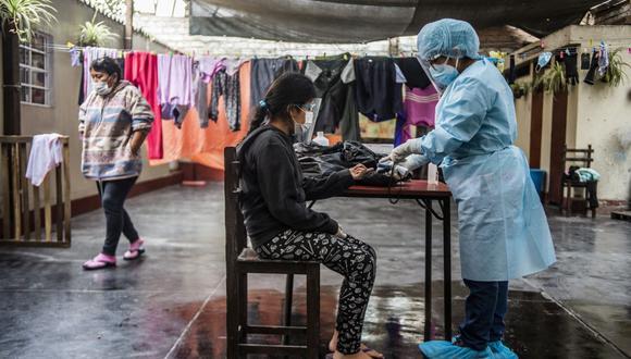 """De acuerdo con la canciller, se estima la inoculación de 24 millones de adultos, """"empezando por los grupos más vulnerables y quienes se encuentren en la primera línea en la lucha contra la pandemia"""". (Foto: AFP)"""