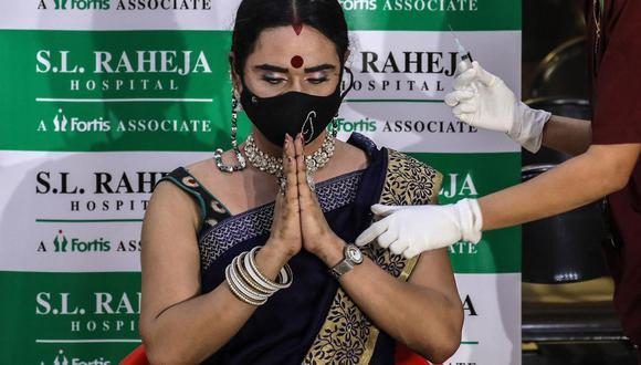Una mujer recibe una dosis de la vacuna contra el coronavirus covid-19 en un centro de vacunación en Bombay, India. (EFE/DIVYAKANT SOLANKI).