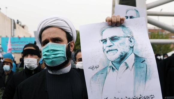 Un manifestante sostiene una foto de Mohsen Fakhrizadeh, el principal científico nuclear de Irán, durante una manifestación contra su asesinato en Teherán, Irán. (Reuters).