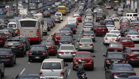 La avenida Javier Prado es una de las más congestionadas de la capital y donde muchos conductores sufren a causa del tráfico. (Foto: EFE)