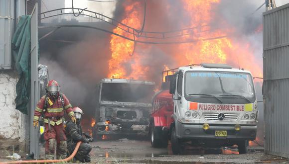 Incendio ocurre en el cruce de las avenidas Independencia y Santa Rosa, en San Martín de Porres (Foto: Manuel Melgar).