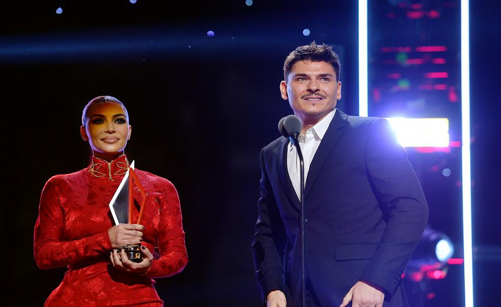 Kim Kardashian estuvo en los 'American Influencer Awards' en el Dolby theatre en California. Ahí entregó el premio a su maquillador profesional Mario Dedivanovic. Recorre la galería y mira más detalles de su look.  (Foto: AFP)