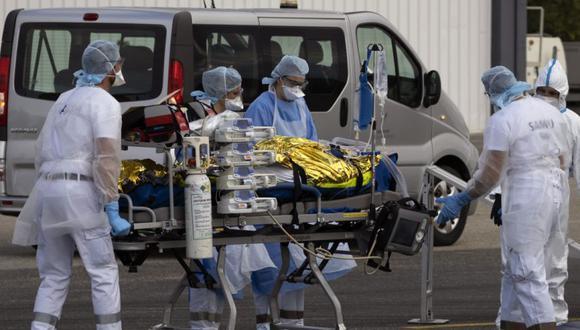 El personal médico del hospital carga a los pacientes con enfermedad Covid-19 en un avión para ser evacuados en el aeropuerto de Avignon, Francia. (Foto: EFE / EPA / GUILLAUME HORCAJUELO).