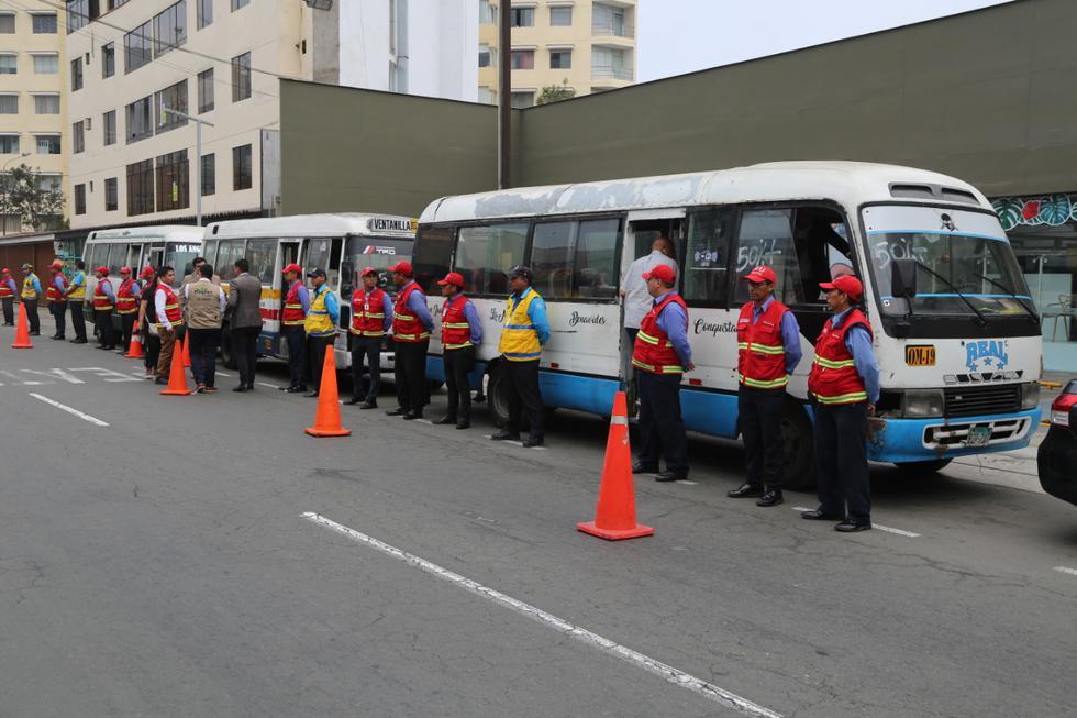 Los inspectores de tránsito de la Municipalidad de Miraflores y de la Autoridad de Transporte Urbano para Lima y Callao (ATU) intervinieron cinco coasters que realizaban el servicio informal de transporte de pasajeros (Difusión)