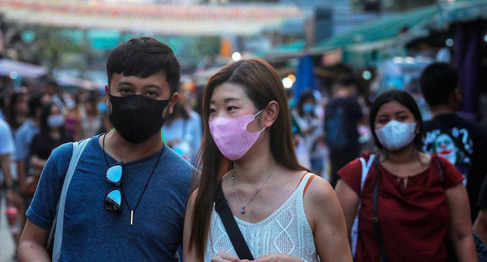 Personas con máscaras protectoras recorren en Bangkok, a medida que el número de turistas cae en toda la región debido al nuevo coronavirus. (Foto: AFP)