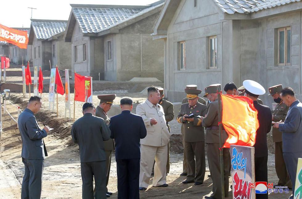Imagen muestra al líder norcoreano Kim Jong-un (centro) inspeccionando la zona de Komdok, en la provincia de Hamgyong del Sur, que fue dañada por un tifón. (AFP/KCNA/KNS).