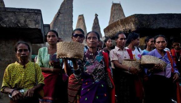 Mujeres de Sumba durante un ritual en la tumba de sus antepasados. (GETTY IMAGES).