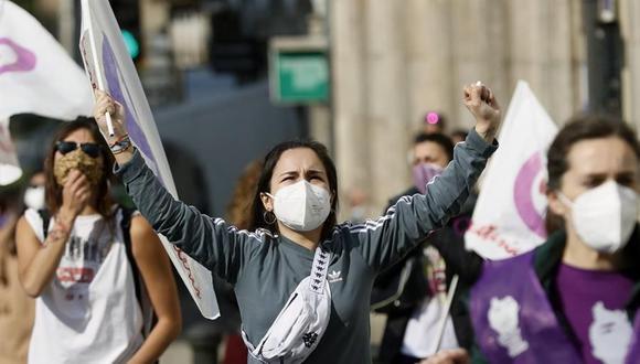 Centenares de mujeres participan en una marcha por el Día Internacional de la Mujer este lunes en Santiago de Compostela, España. (EFE/Lavandeira jr).