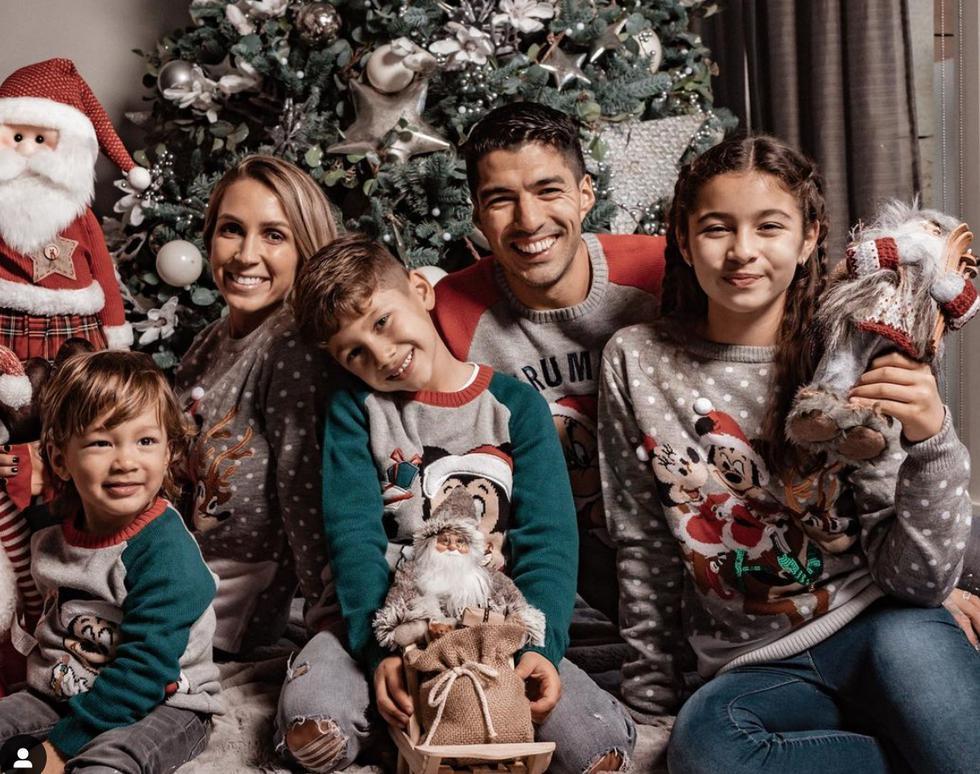 Luis Suárez, delantero del Atlético de Madrid, se mostró sonriente junto a su familia, todos vestidos con temáticas navideñas.