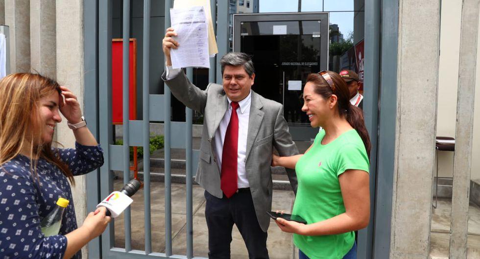 Carlos Torres Caro (Vamos Perú) y Nelly Cuadros (SN) acudieron ayer al JEE de Jesús María. (Foto: Alessandro Currarino / El Comercio)
