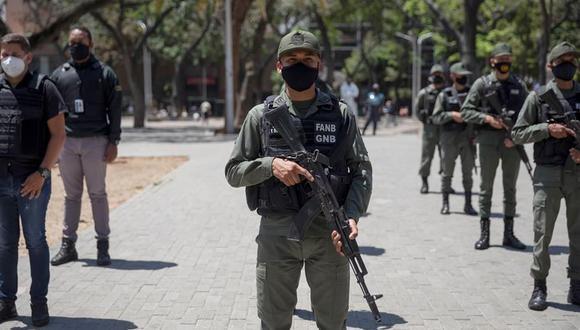 Militares de la Guardia Nacional Bolivariana se forman durante un despliegue de organismos de seguridad en Caracas, Venezuela, por el retorno a la cuarentena radical por coronavirus. (EFE/ Rayner Peña).