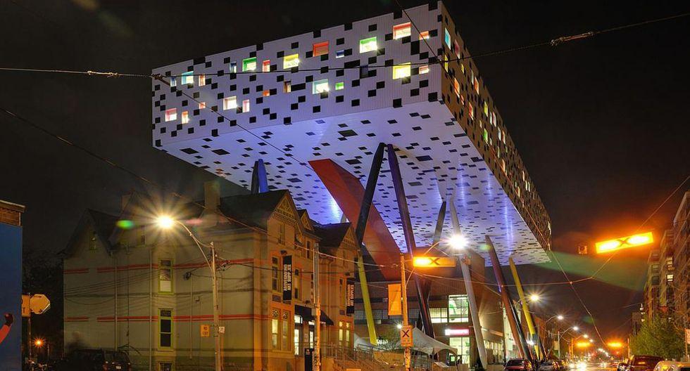 Sharp Center for Design. El edificio construido en el año 2002 por los arquitectos Rod Robbie y Will Aslop es parte de la expansión de la Ontario College of Art and Design. (Foto: Taxiarchos228 / Wikimedia Commons)