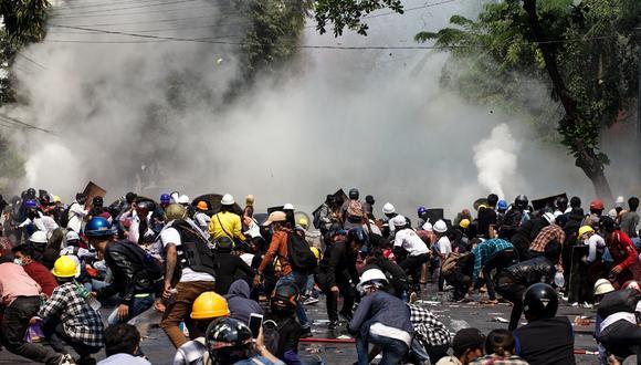 Los manifestantes reaccionan después de que la policía lanzara gases lacrimógenos durante una manifestación contra el golpe militar en Myanmar el pasado 3 de marzo. (Foto de STR / AFP).