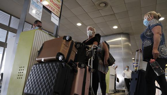 Imagen referencial. Un grupo de turistas llegan a uno de los aeropuertos de España. EFE