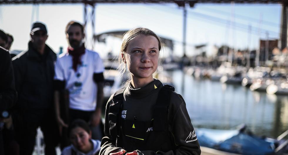 La activista sueca Greta Thunberg, convertida en un símbolo mundial de la lucha contra la emergencia climática, llegó a Lisboa tras una dura travesía de 21 días que comenzó en Estados Unidos y que la trajo de vuelta a Europa para participar en la Cumbre Climática que se celebra en Madrid. (Photo by CARLOS COSTA / AFP).