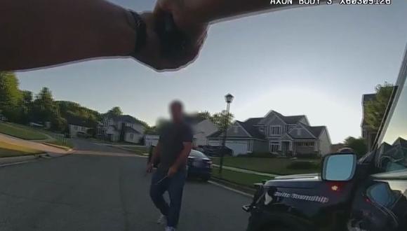 El momento exacto en la que el atacante se enfrentó a la policía. (Captura del video de Facebook de Eaton County Sheriff's Office)