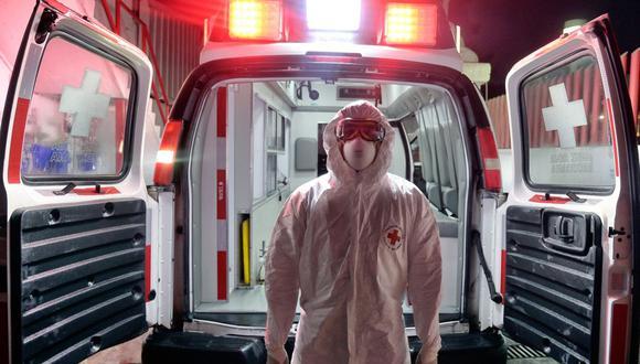 El paramédico de la Cruz Roja Mexicana Jesús Carmona posa para una foto luego de haber trasladado a un paciente de coronavirus COVID-19 a una sala de emergencias en Toluca, México, el 8 de enero de 2021. (Foto de ALFREDO ESTRELLA / AFP).