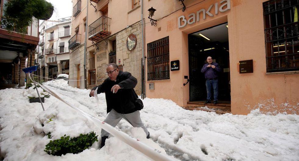 Las tres primeras víctimas se registraron entre el domingo y el lunes: dos a causa de hipotermia y otra al ser golpeado por unas tejas que habían cedido a causa de la nieve. (Foto: Reuters)