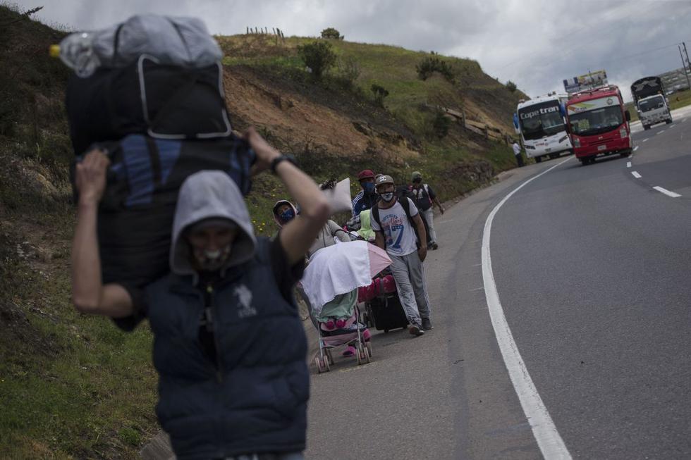 Los migrantes venezolanos caminan hacia Bogotá a su paso por Tunja, Colombia. Miles de venezolanos se dirigen a Colombia, Ecuador y Perú en busca de trabajo mientras estos países reabren sus economías luego de meses de bloqueos.. (AP/Ivan Valencia).