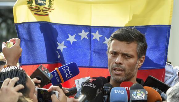 En esta foto de archivo tomada el 2 de mayo de 2019, el destacado político opositor venezolano Leopoldo López habla frente a la embajada de España en Caracas, donde buscó refugio. (Foto de Juan). BARRETO / AFP).