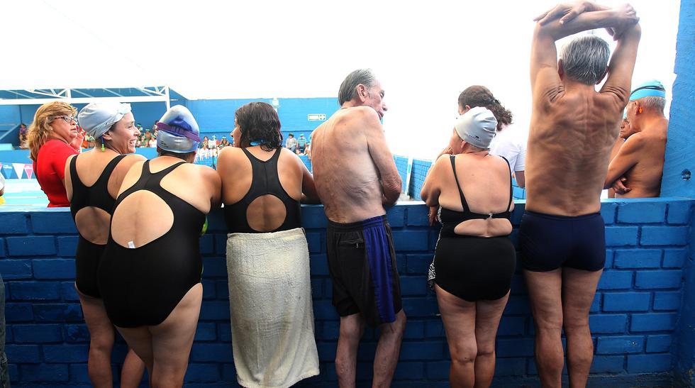 Adultos mayores que retan a los años en la piscina - 18