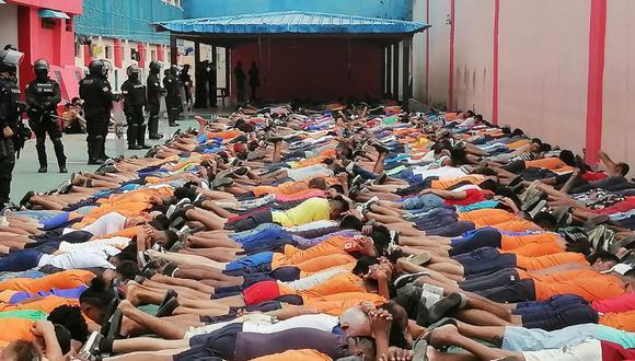 Grupos élite de la Policía ingresaron fuertemente armados a los pabellones, mientras algunos reclusos permanecían acostados en el piso con sus manos sobre la cabeza. (Foto Twitter @martinezj)