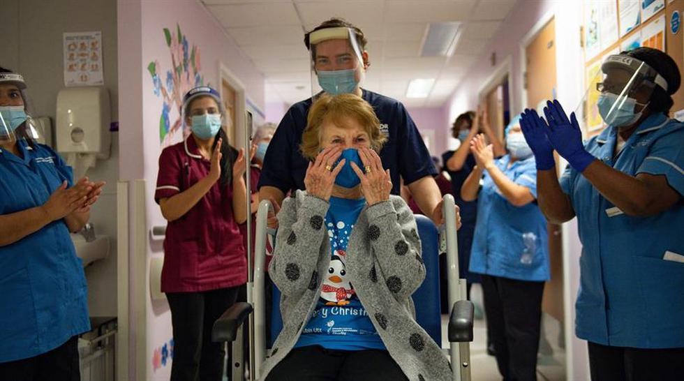 Margaret Keenan se emocionó tras ser la primera mujer en vacunarse contra el coronavirus en el Reino Unido. (EFE/Jacob King).
