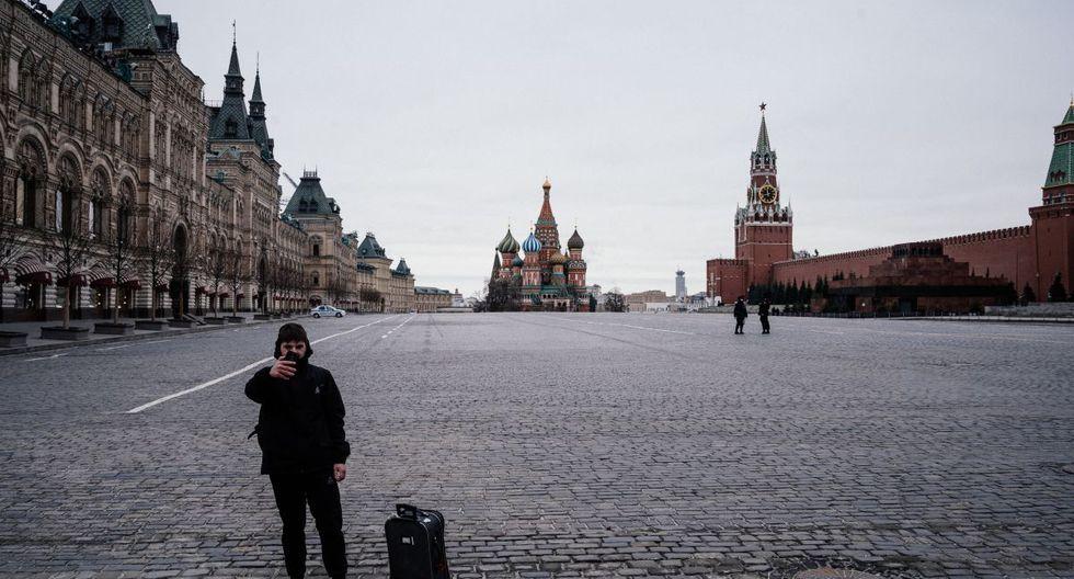 Un turista se toma una selfie en la desierta Plaza Roja con la Catedral de San Basilio y la Torre Spasskaya del Kremlin en el fondo. (Foto: AFP/Dimitar Dilkoff)