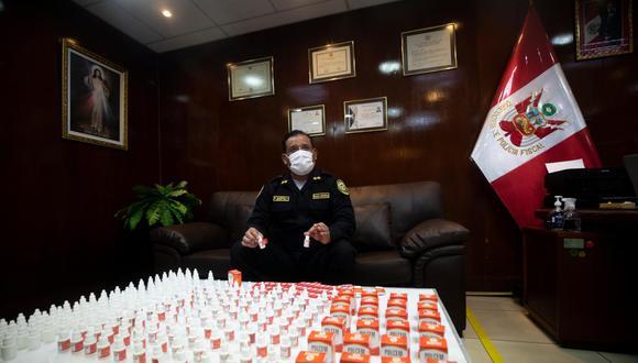 El general PNP Edgardo Garrido muestra parte del lote falsificado de ivermectina de la marca Polcem que fue decomisado en recientes operaciones en Lima (Foto: Leandro Britto)