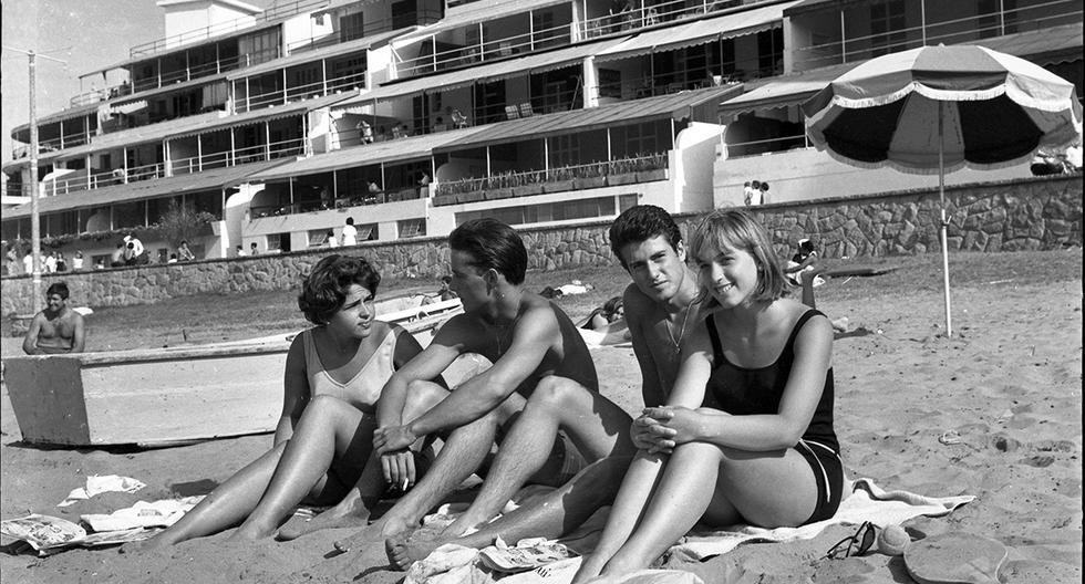Jóvenes disfrutan del verano en el balneario de Ancón. Postal de 1965. Foto: GEC Archivo Histórico