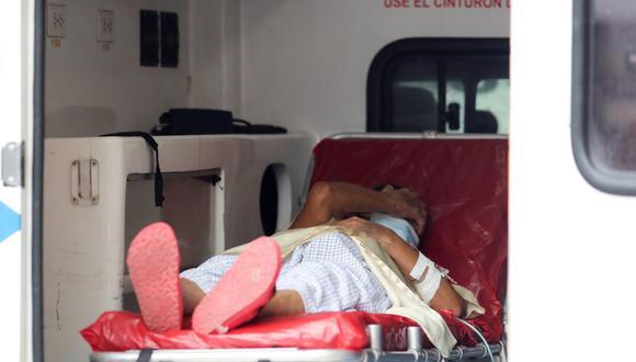 Una paciente con sospechas de tener COVID-19 espera en una ambulancia hoy, afuera del Hospital San Felipe, en Tegucigalpa, Honduras. (Foto de archivo: EFE/ Gustavo Amador)