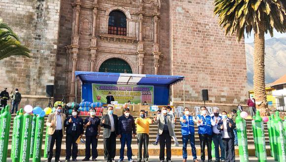 """Cusco: la autoridad edil participó de la entrega de 80 balones de oxígeno adquiridos por la Asociación Civil """"Respira Urubamba"""" (Municipalidad de Urubamba)"""