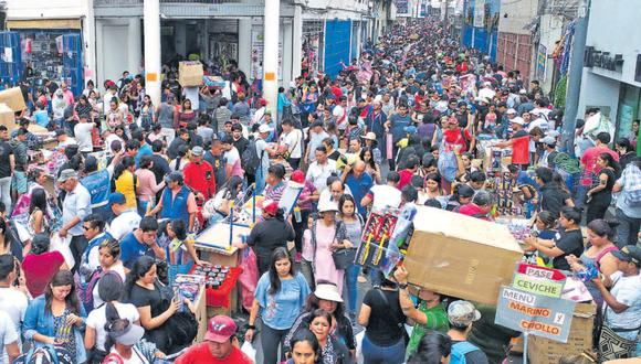 Así lucieron ayer los jirones Andahuaylas y Mesa Redonda, en el Cercado de Lima, desde las primeras horas de la mañana. La comuna metropolitana no pudo controlar la venta ambulatoria en la zona.