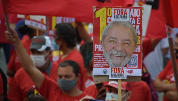 Un manifestante sostiene un cartel con una imagen de Luiz Inácio Lula da Silva durante una manifestación contra el presidente brasileño Jair Bolsonaro. (Foto de Nelson ALMEIDA / AFP).