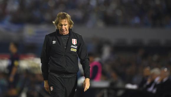 Un desolado Ricardo Gareca dirigiendo en el Estadio Centenario de Montevideo en marzo de 2016. Perú apenas sumaba cuatro puntos en seis fechas de Eliminatorias. (Foto: AFP / Pablo Porciuncula)